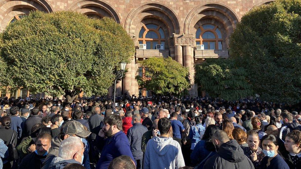 Multitudes frente a la Asamblea Nacional en Ereván