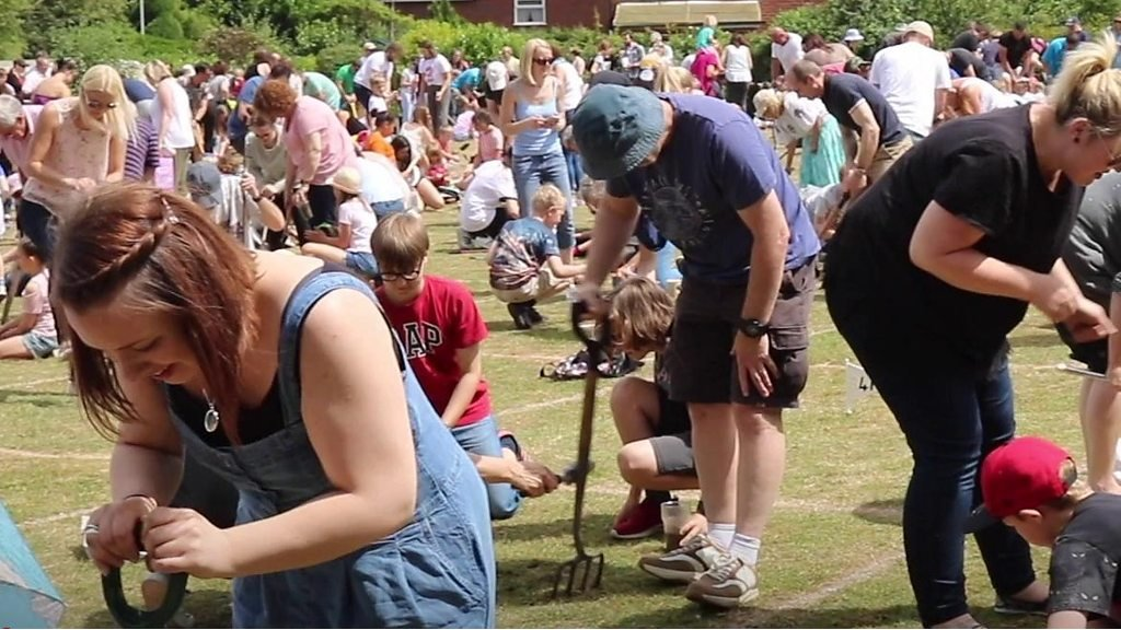 Hundreds turn out for worm charming contest