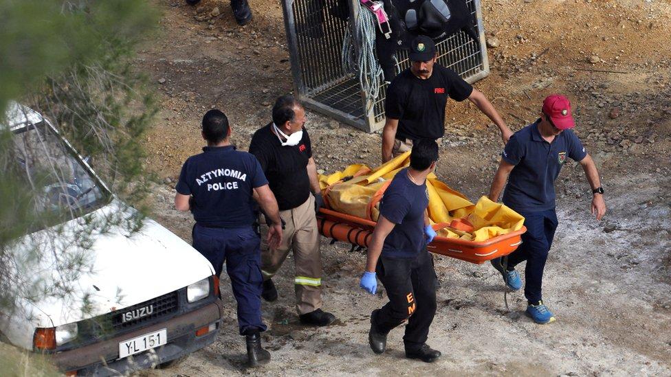 فريق البحث والجثة التي عثر عليها
