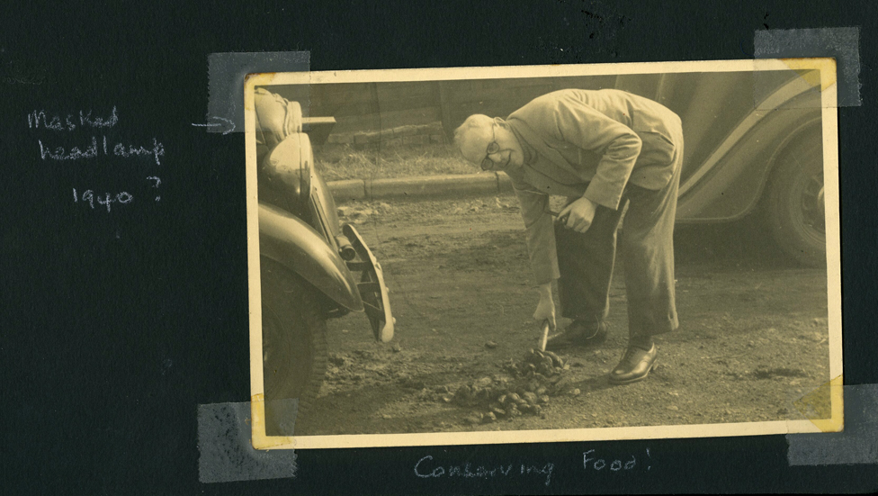 Otac Beti Ridžards kupi konjsku balegu u bašti