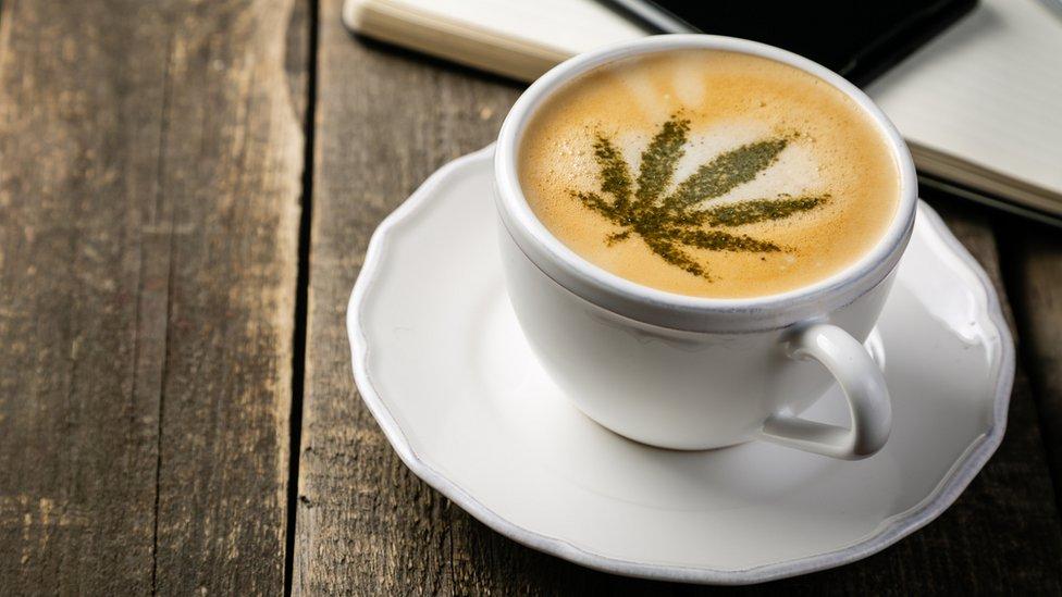 Kafa sa dizajniranim listom kanabisa na peni