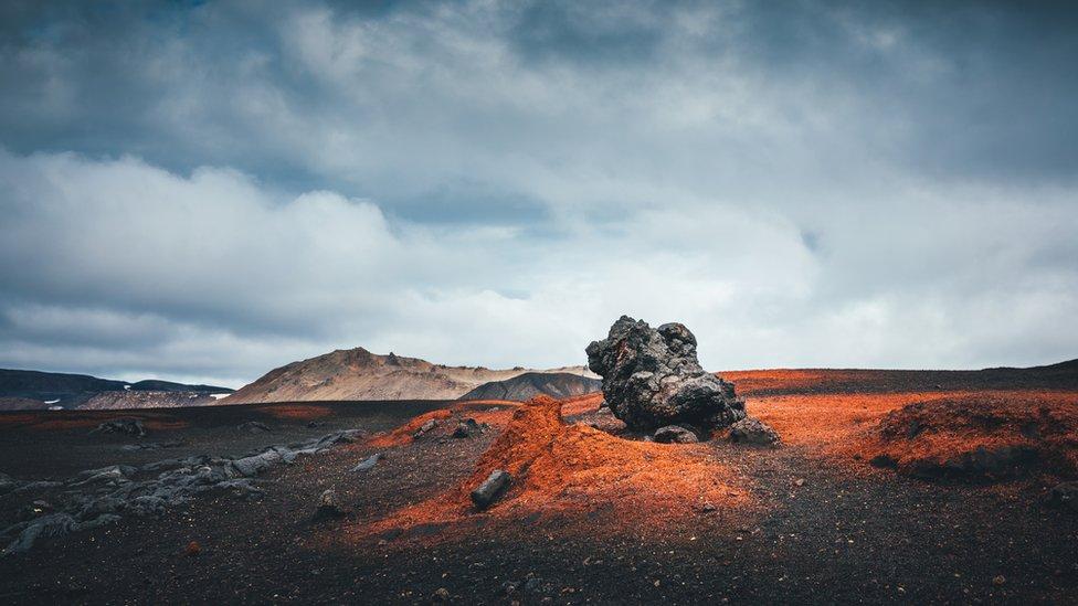 Roca en un campo de lava en Islandia.