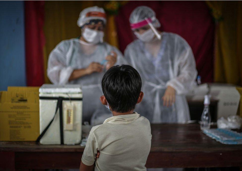 Niño vacuna covid-19