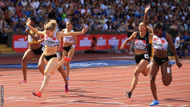 La corredora cruzó la meta con un tiempo de 22,59 segundos, récord para Escocia.