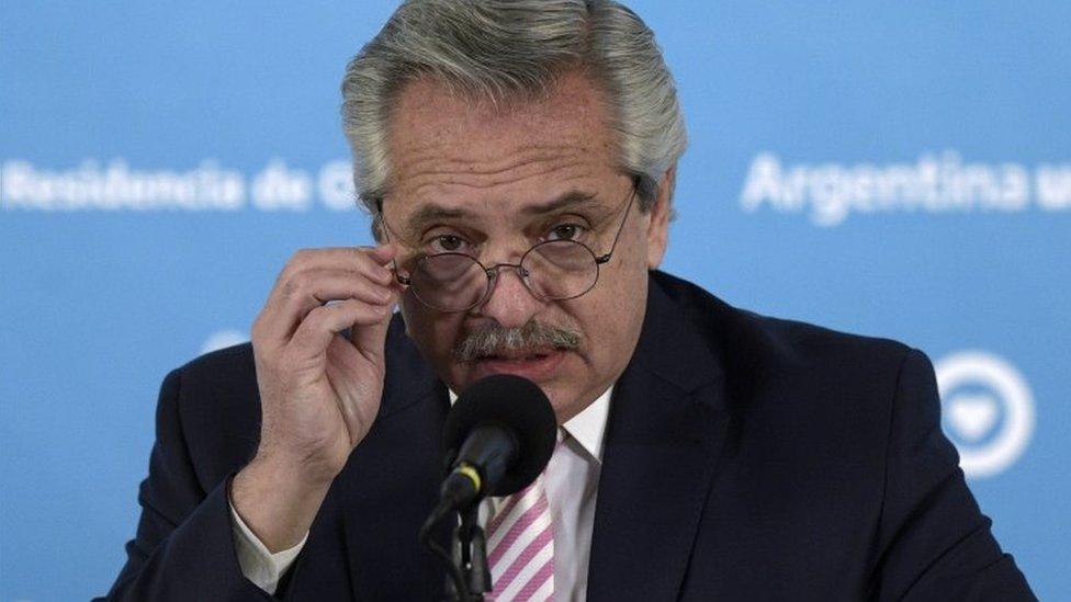 O presidente Alberto Fernández fala durante um evento