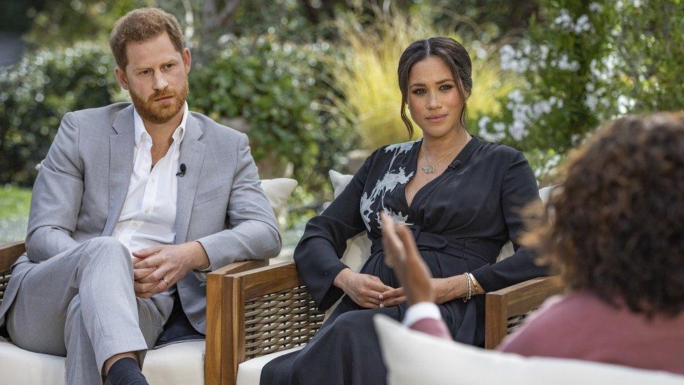 Príncipe Harry e sua mulher, Meghan, sendo entrevistados por Oprah Winfrey no início deste ano