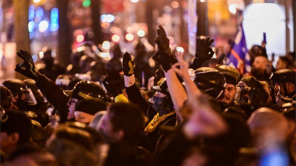 """متظاهرون من حركة """"براود بويز""""اليمينية المتطرفة"""