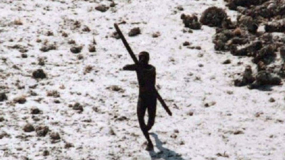 Un hombre sentinelés con un arco y una flecha.