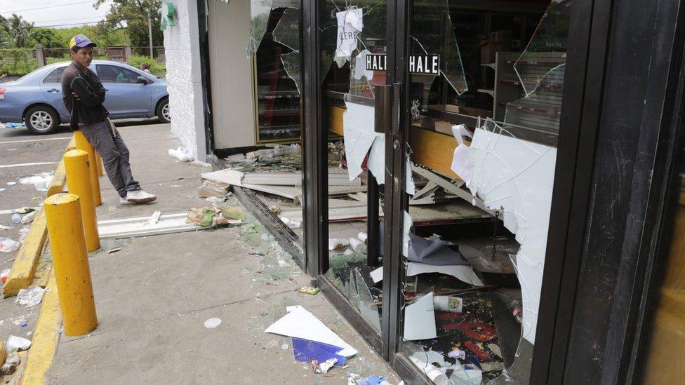 Un comercio con el cristal roto en Nicaragua