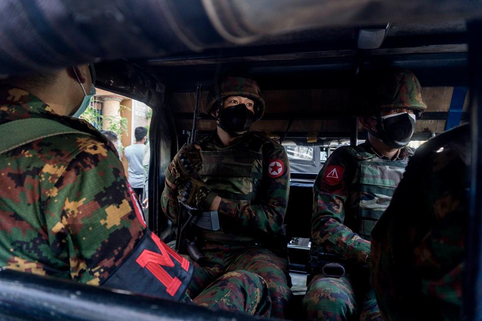 جنود في مركبة عسكرية