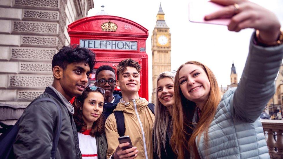Un grupo de amigos en el Big Ben de Londres