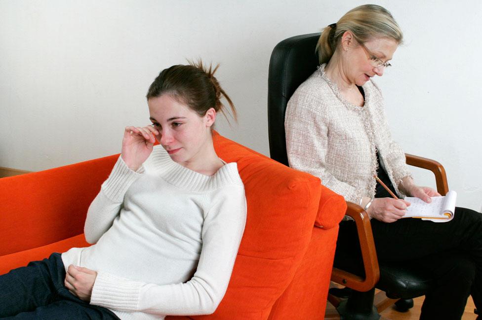Una psicoanalista con su paciente.