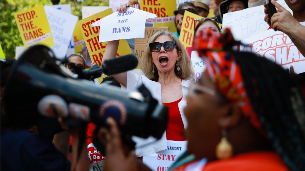 """Georgia eyaletinin başkenti Atlanta'daki protestoda bir kadın, """"Yasakları Durdurun"""" yazılı bir döviz taşıyor"""