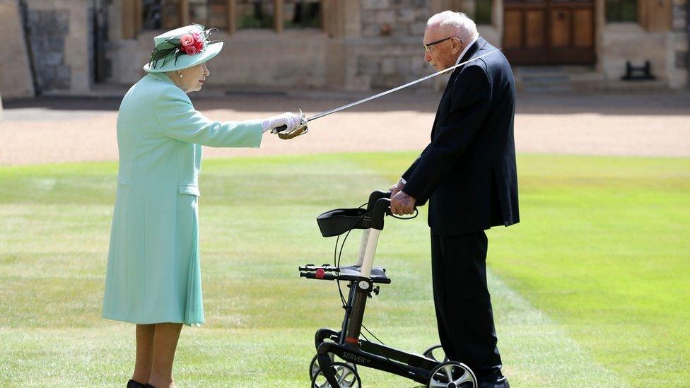 Yüzbaşı Tom Kraliçe 2'nci Elizabeth tarafından soyluluk unvanıyla ödüllendirilerek