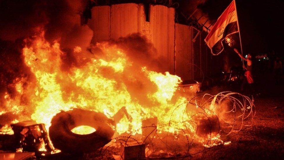 Necef'teki İran konsolosluk binası alevler içinde kalırken, göstericiler,
