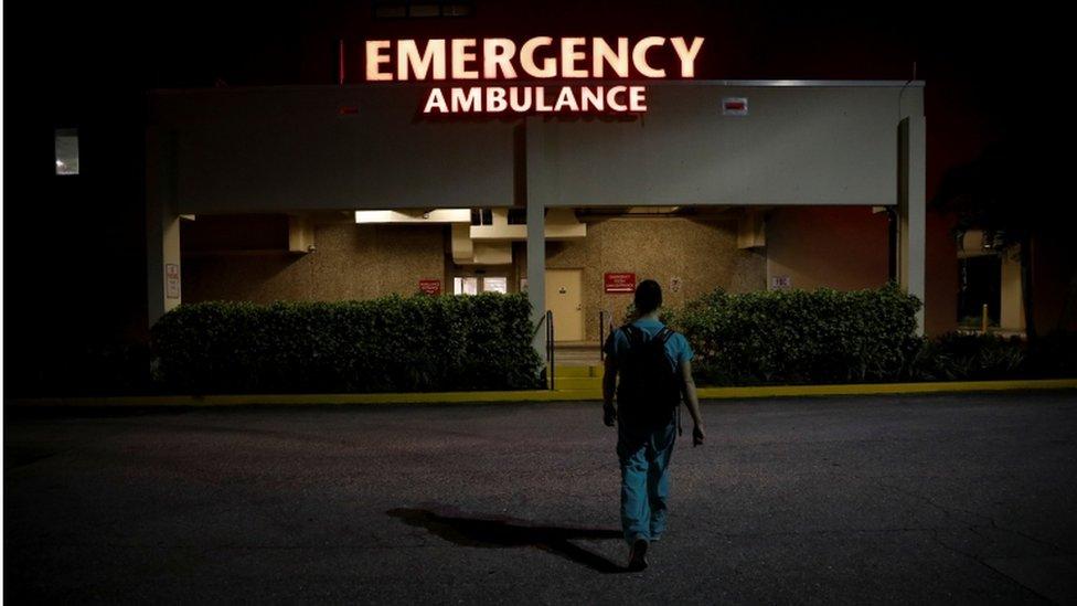 Un residente de emergencia en el hospital Holy Cross llegando a cumplir su turno