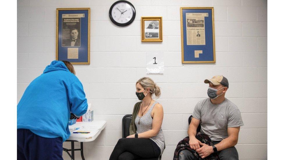 Stefanie Dunahay, 39, e Matt Dunahay, 39, aguardam para receber a vacina contra o coronavírus no Centro Comunitário de Bradfield em Ohio, EUA, 29 de março de 2021