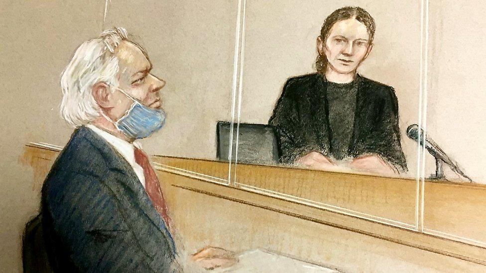 رسم توضيحي لجوليان أسانغ في المحكمة