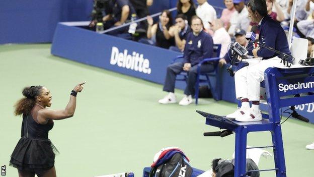 Serena Williams discute con el árbitro, Carlos Ramos