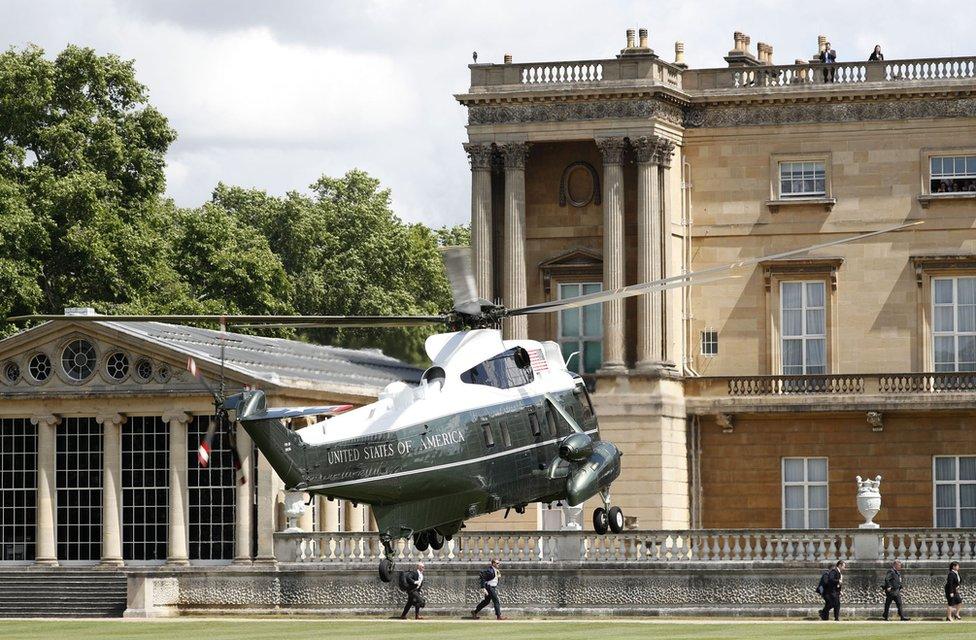 Helikopter u kome je predsednik stiže do Bakingemske palate