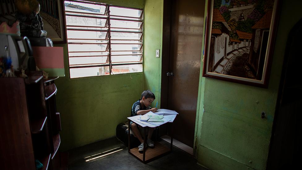 Niño estudiando en Caracas.