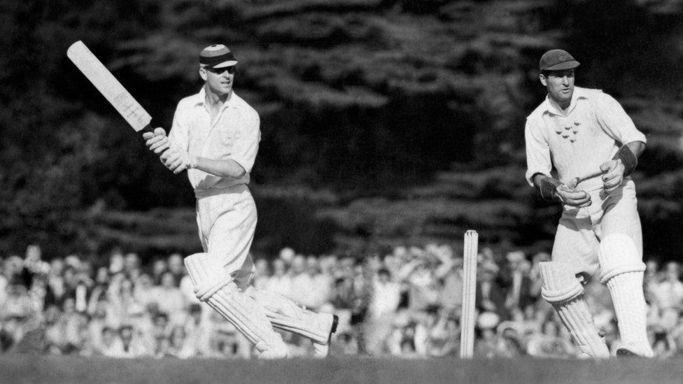 Dük, ayrıca iyi bir kriket oyuncusuydu. Bu fotoğrafta, İngiltere'nin eski Milli yıldızlarından oluşan takımıyla birlikte görülüyor.
