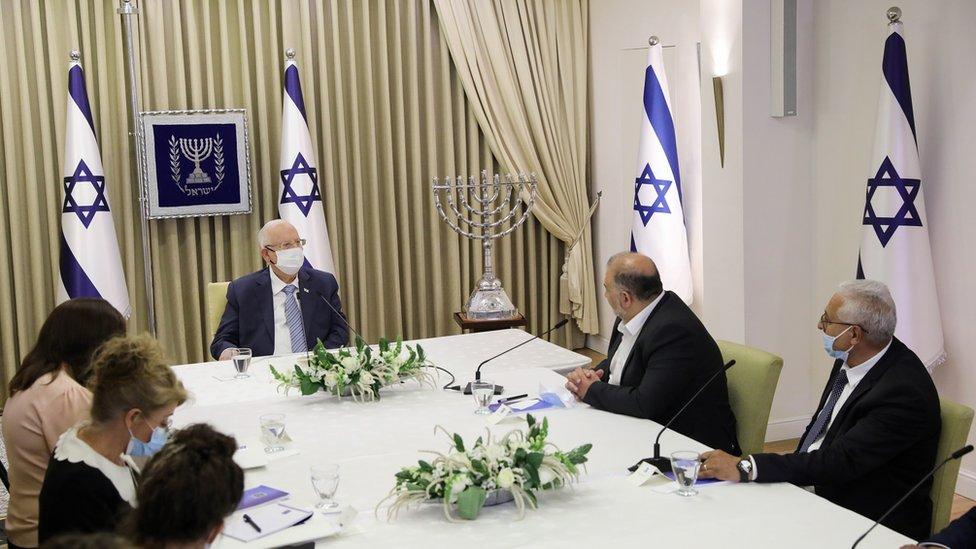 الرئيس الإسرائيلي عقد مشاورات مع زعماء أحزاب مختلفة.