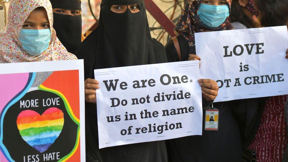 """ناشطات ينتمين إلى منظمات حقوقية ومدنية مختلفة يرفعن لافتات خلال مظاهرة تدين قرار مختلف حكومات الولايات التي يقودها حزب بهاراتيا جاناتا لإصدار قوانين مقترحة ضد """"جهاد الحب"""" في بنغالور في 1 ديسمبر /كانون الأول 2020."""