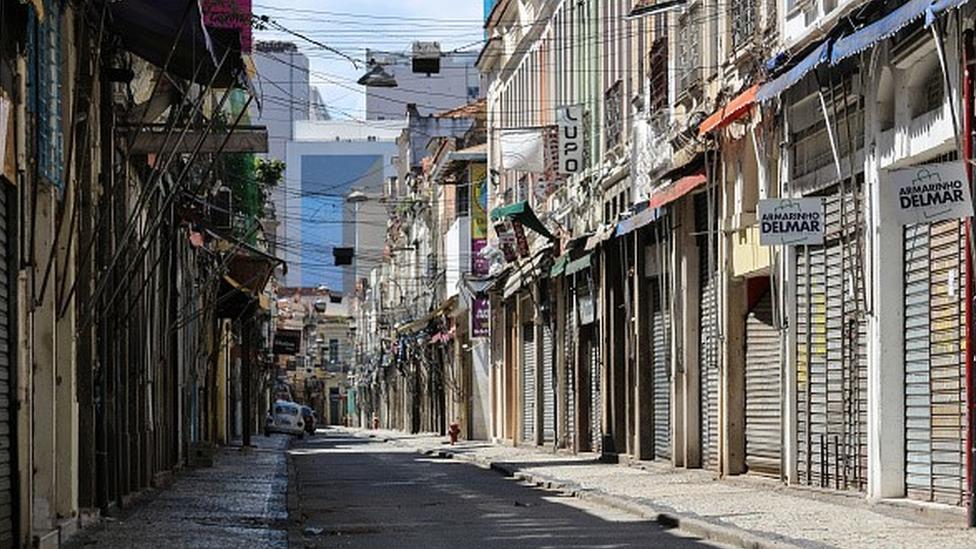Rua vazia com comércio fechado no Rio de Janeiro