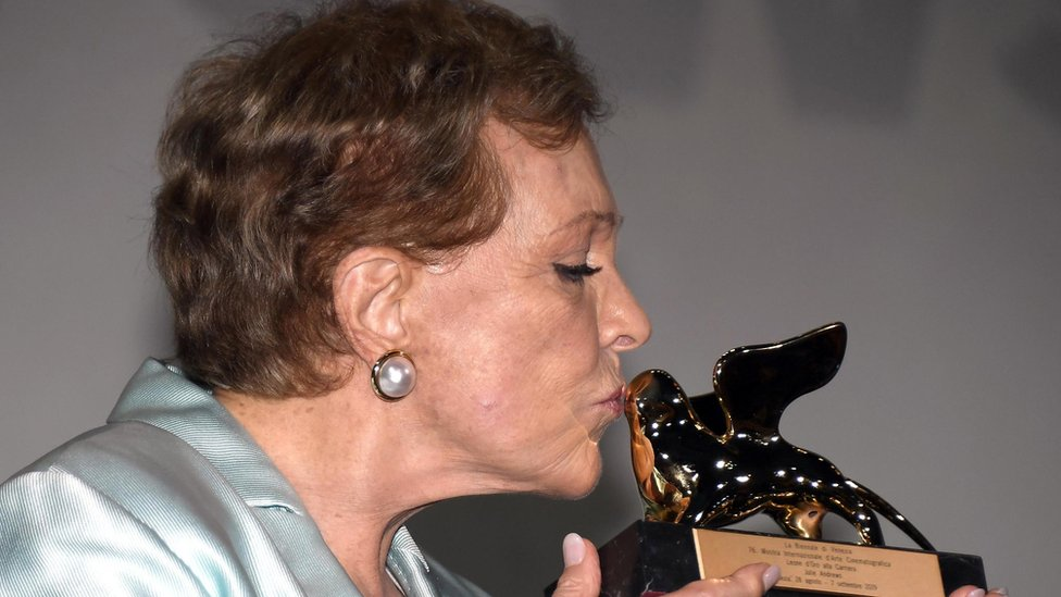 وسط تصفيق الجمهور المحتشد لحظة تكريمها، رفعت آندروز جائزة الأسد الذهبي وقبلتها