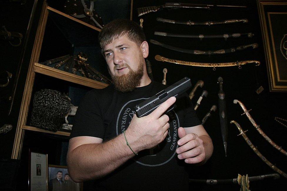 Ramzan Kadyrov muestra su colección de armas y espadas.