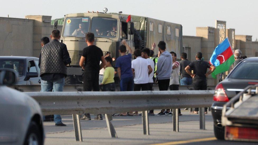 Bakü'de cepheye giden askerleri selamlayan halk.