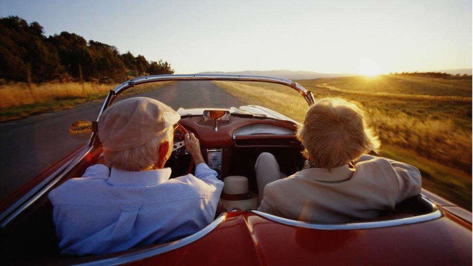 Ancianos en un coche