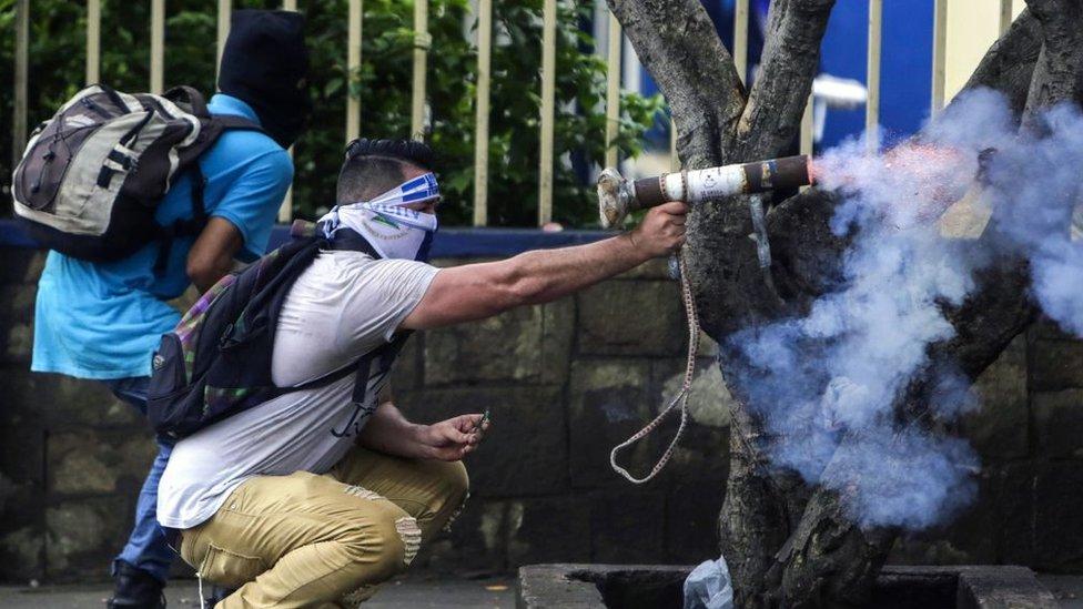 Manifestantes con armas improvisadas