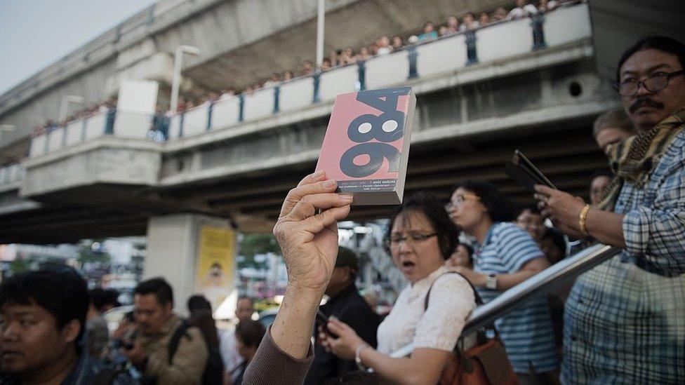 Şubat 2015'te Bangkok'ta yapılan darbe karşıtı bir eyleme katılanlar Orwell'in 1984 kitabını dağıttı.