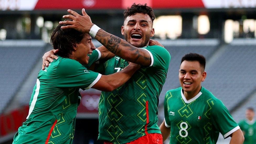 Alexis Vega de México celebra con Diego Laínez y Carlos Rodríguez el primer gol de su equipo contra Francia
