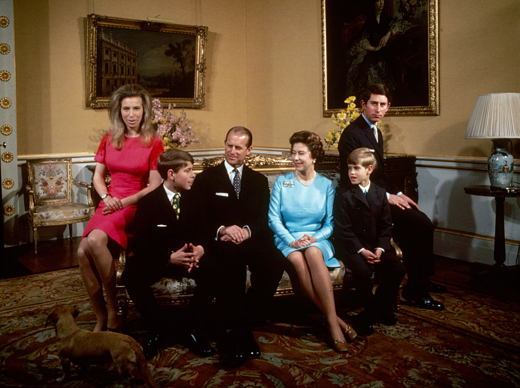 Foto de la reina Isabel II y el duque de Edimburgo junto a sus cuatro hijos.