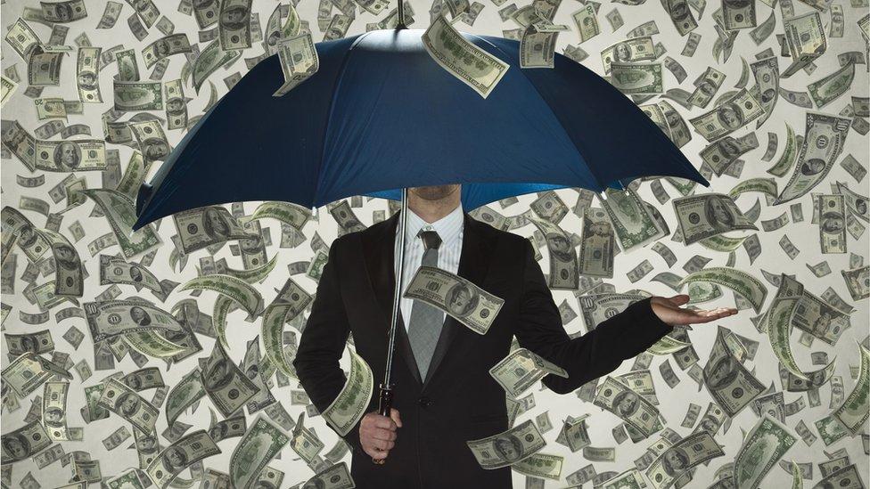 para yağmuru altında adam