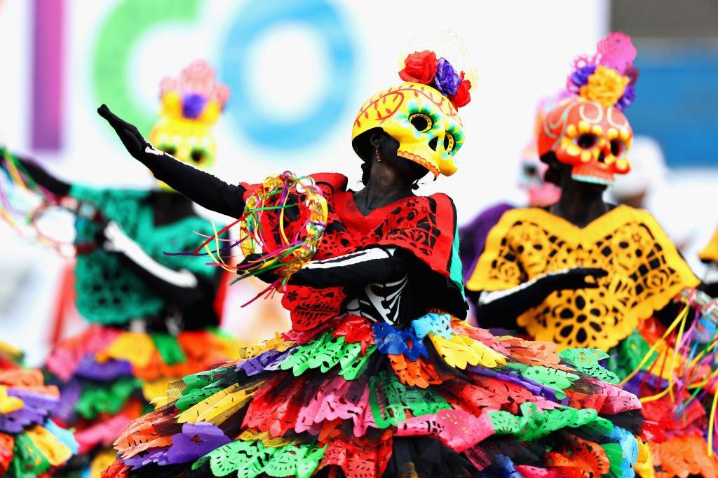 Bailarinas con atuendos del Día de los Muertos.