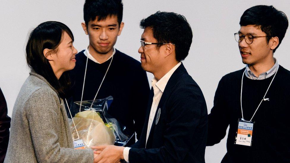 周庭(左一)與羅冠聰(右一)向區諾軒(右二)道賀(12/3/2018)