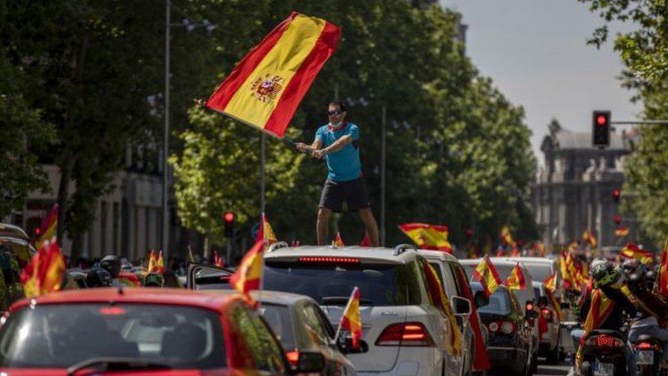حث حزب فوكس اليميني المتطرف أنصاره على الاحتجاج بسياراتهم على الإغلاق المفروض في البلاد
