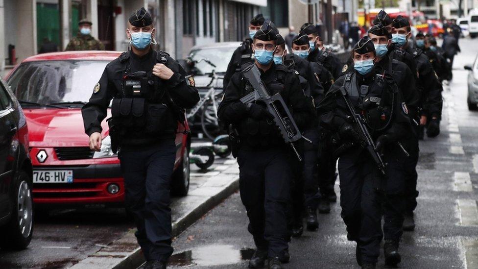 Polícia em Paris após o ataque de facadas.  25 de setembro de 2020