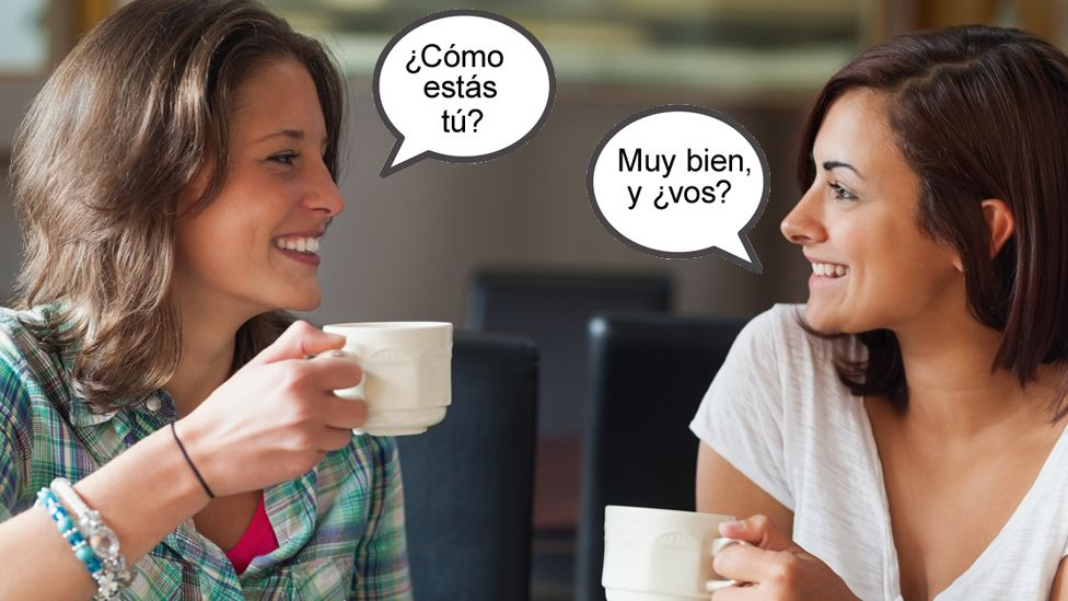 Dos mujeres hablando español