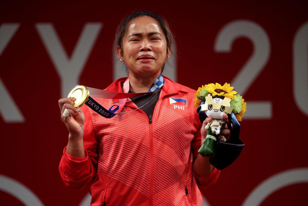 Hidilyn Díaz llora con la medalla en mano
