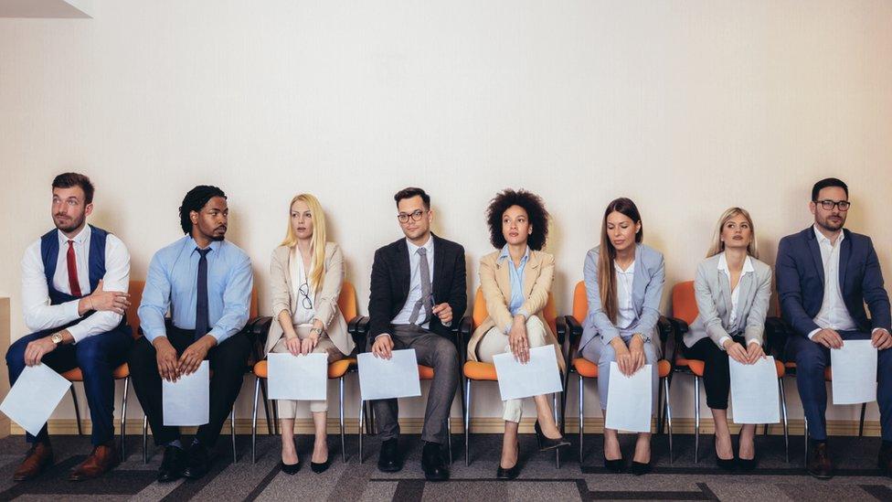 Gente esperando una entrevista laboral.