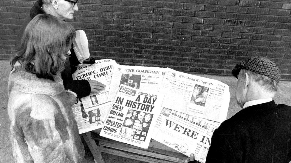 Ljudi čitaju novine