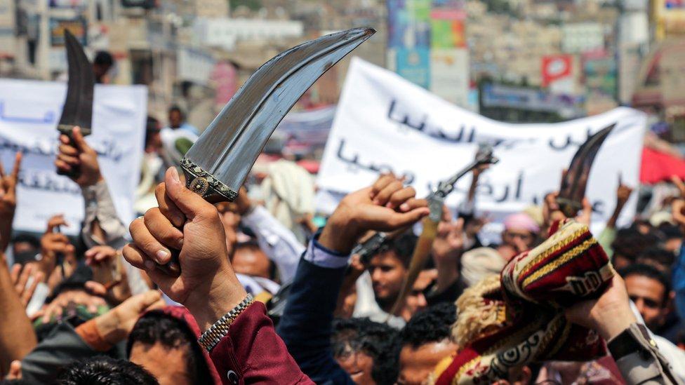 محتجون في مدينة تعز ينددون بالقصف الإماراتي لعدن