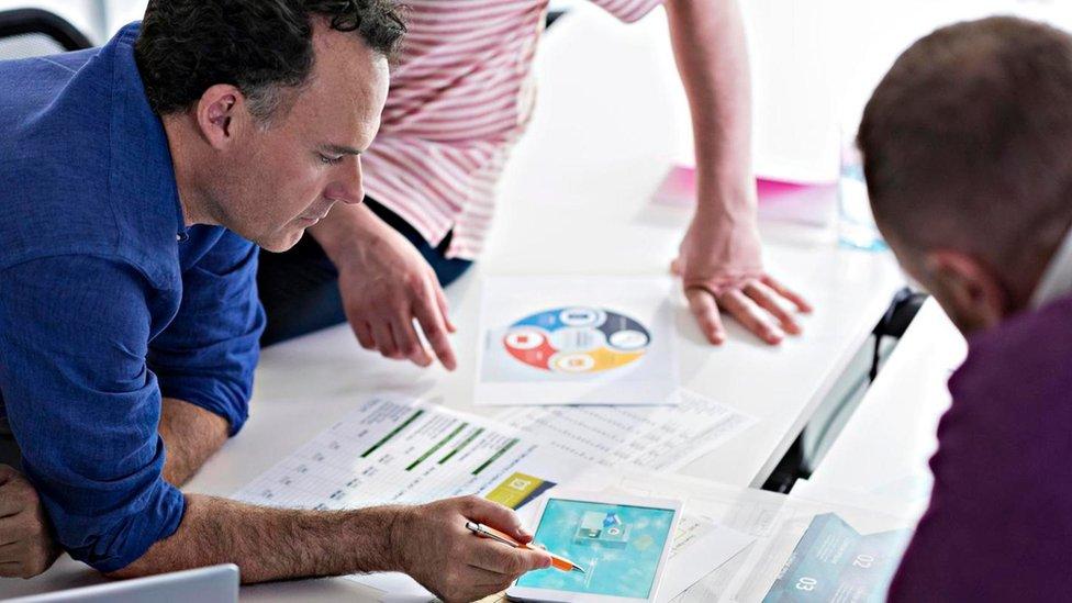 Distraerte cuando trabajas en equipo puede ser una alternativa para ser más creativo.
