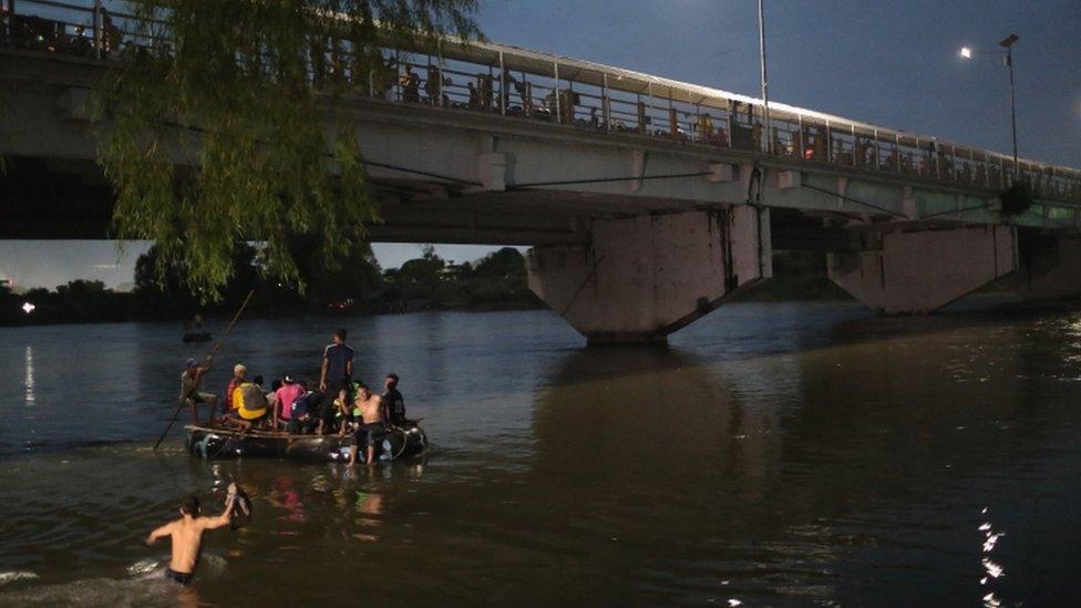 Balseros y migrantes en el río que divide Guatemala de México