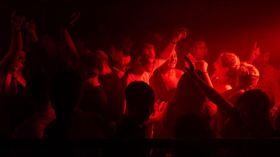 Jóvenes bailando en un club nocturno en Londres este domingo en la noche.
